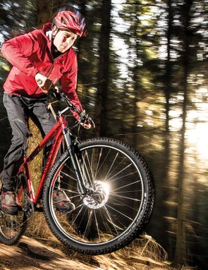 Lightweight, narrow-rimmed wheels and fast-rolling, tubeless-ready Schwalbe semi-slick tyres suit the XC character of the Grand Canyon