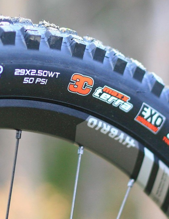 Up front a 2.5in 29er tyre offers precision
