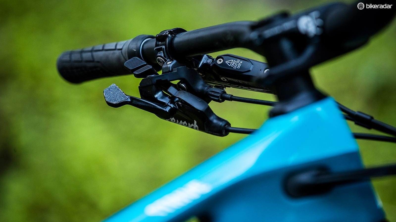 The two buttons on the new Shapeshifter Stage lever with an integrated RockShox Reverb lever