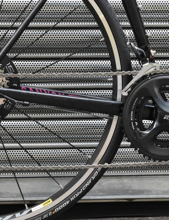 A full Shimano 105 drive train gives 22 gears and plenty of range for climbing, descending and powering along the flats