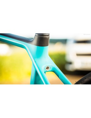The integrated seatpost collar is adjusted from the rear
