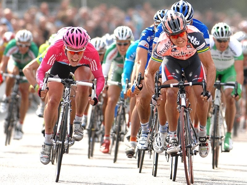 Mark Cavendish (L, T-Mobile) will be one to watch in the sprints