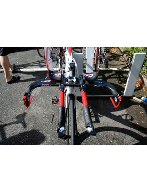 Straight handlebar extensions are clamped into Oval's A901 Laminar bars with aerodynamic clamps.