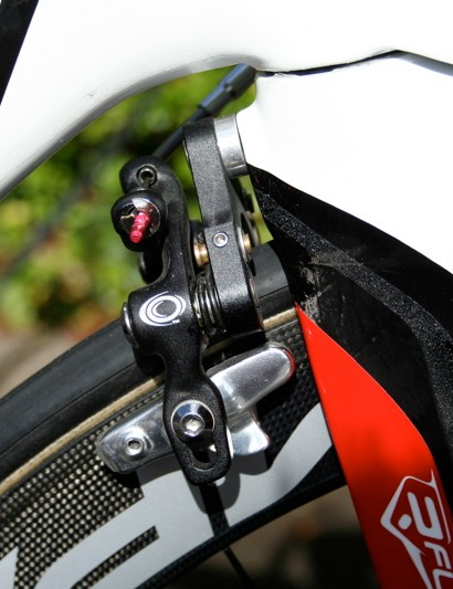 The aero-special Oval rear brake is hidden out of the wind behind the fork.