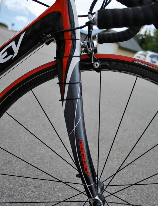 The curved Helium fork was chosen for use by Cadel Evans and that's what Ridley puts on the frames it sells.