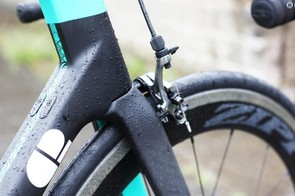 The Tere's fork is designed to seamlessly integrate with the head and down tube