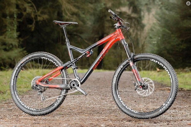 Commencal's Meta AM V4 Race 650b RockShox Red has had a rerub for 2016 – including making its name ridiculously long