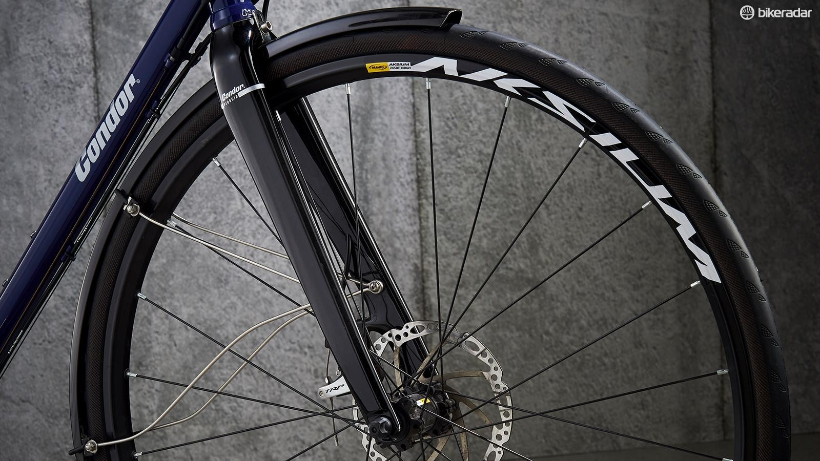 The Pioggia Disc fork is a blend of carbon blades and aluminium steerer