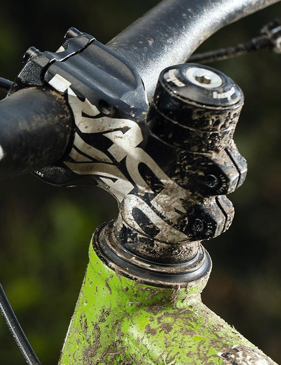 Wide bar, short stem – just right for an aggro trail bike