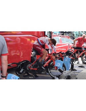 Russian national champion Ilnur Zakarin warms up ahead of the prologue