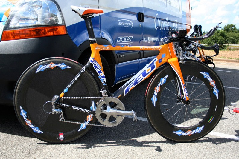 Christian Vande Velde's Felt DA time trial bike relaxes in the July sunshine.