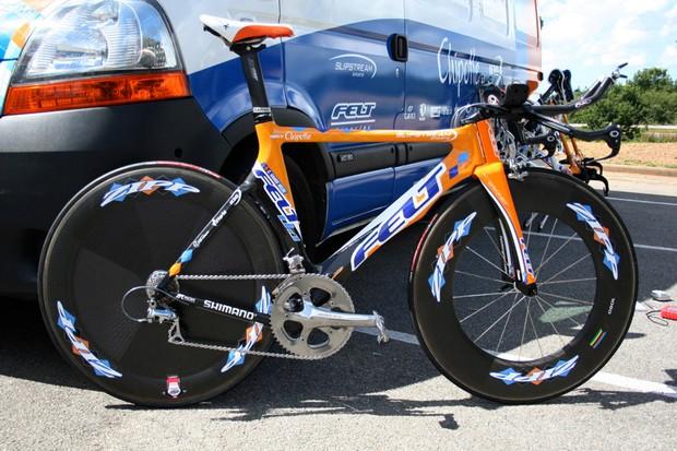 Christian Vande Velde's Felt DA time trial bike relaxes in the July sunshine.