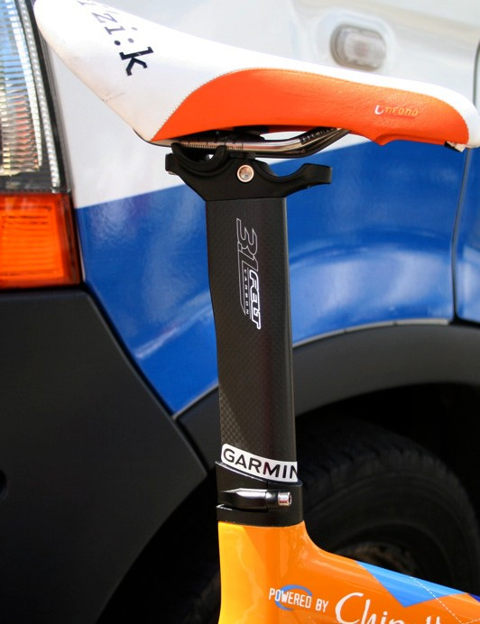 The DA uses a conventional aero post for easier packing in a travel case.  The dual-position cradle allows for easier triathlon positioning, too.