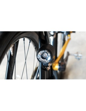 The headlight is mounted to a dedicated eyelet on the fork