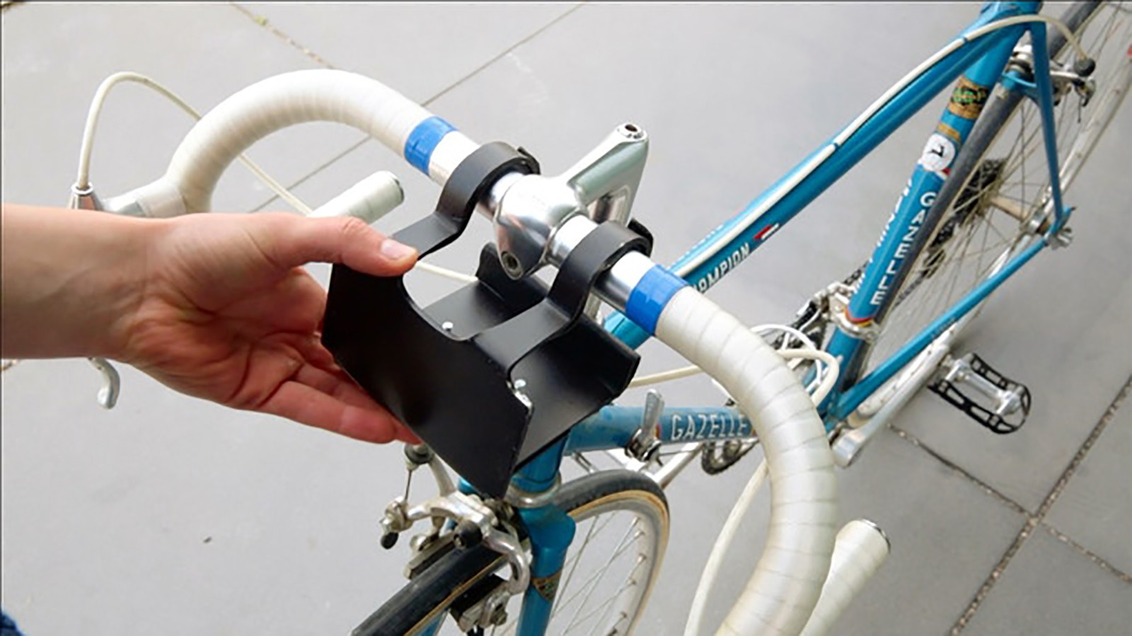 An easily removable mount is compatible with most bicycles