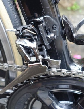 The front derailleur foregoes the tall lever and instead uses a toggle mechanism