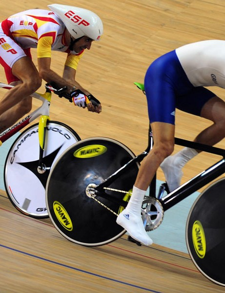 Javier Ochoa of Spain (L) chases Darren Kenny of Great Britain (R) while competing in the men's individual pursuit (CP3) cycling track competition