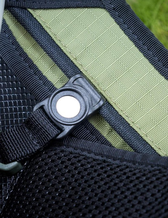 A magnetic hose clip helps the bite valve find its way back to the sternum strap
