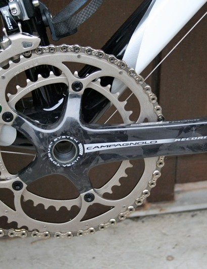 Cunego has a Campagnolo Record Ultra Torque chainset with a standard pair of rings with 53 and 39 teeth.
