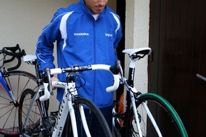 Damiano Cunego tests the weight of his new Cento Uno against his already familiar Cento.