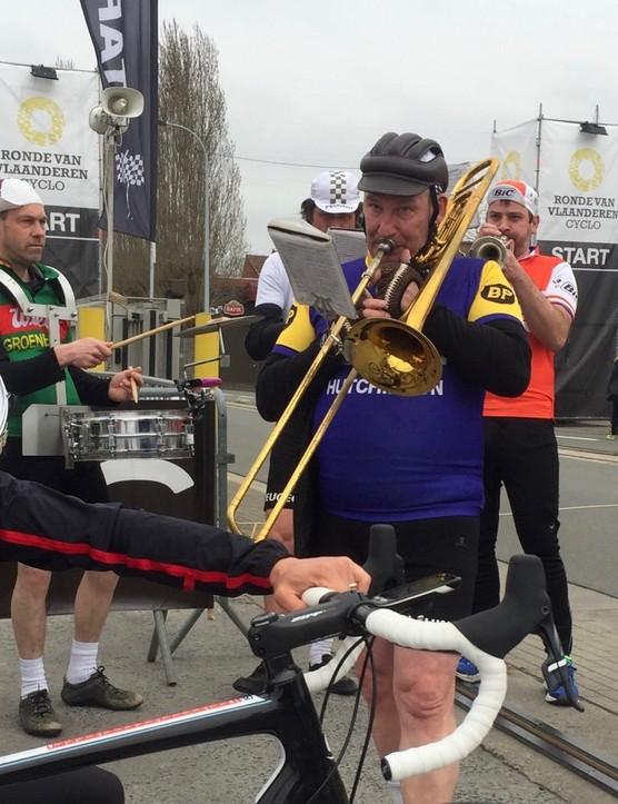De Ronde van Vlaanderen is a party, 16,000 riders deep