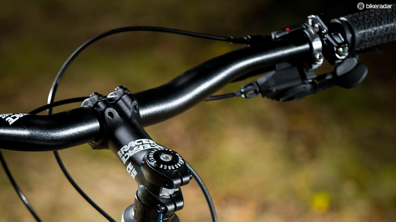 No need to breathe in between tight gaps thanks to the 740mm wide bar