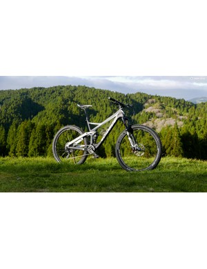 It's designed to be a lightweight and versatile hard hitter with mid sized 650b wheels