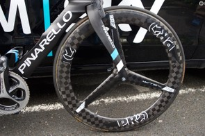 A tri-spoke carbon front wheel further increases aerodynamics