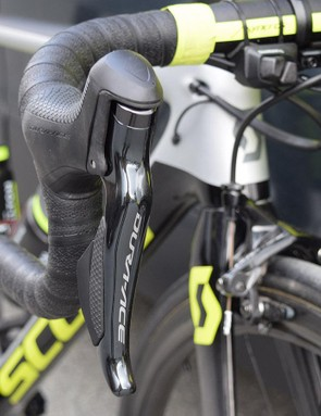 Clean-looking Shimano Dura-Ace R9150 levers control the shifting and braking for Yates' bike