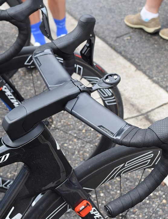 Jakobsen and Jungels had a slightly different stem cap setup to the two Bora-Hansgrohe bikes