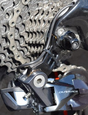 A cable tie holds the Di2 cable to a proprietary, direct-mount rear derailleur hanger and also out of the wind