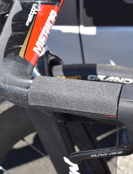 Grip tape on the base bars reduces weight and improves aerodynamics