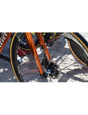 The Cento10 Pro forks have cable routing for the hydraulic brake hoses