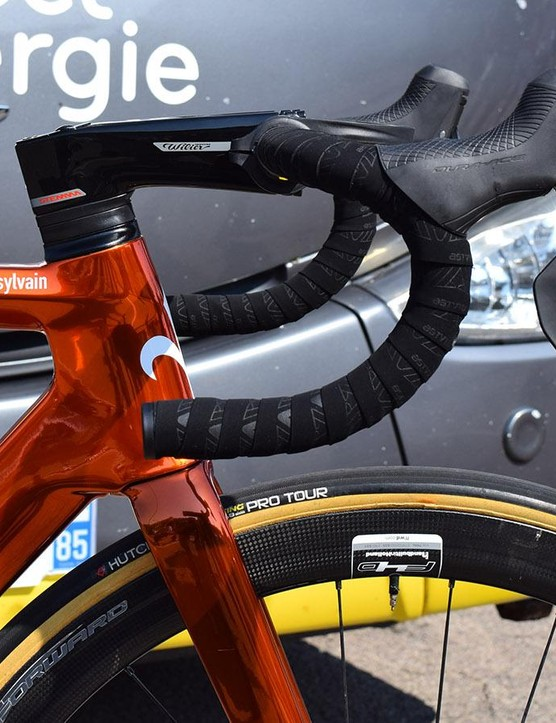 While Chavanel's teammates opt for an integrated cockpit system, Chavanel runs a traditional handlebar and stem combination