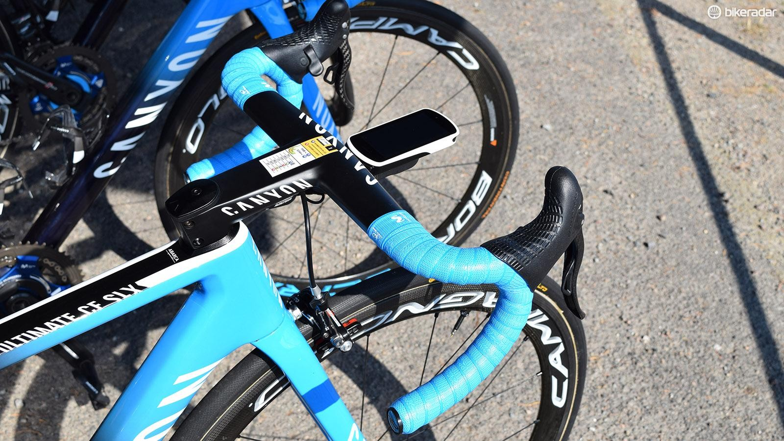 Colour-coordinated handlebar tape from LizardSkins complemented the frameset colour design