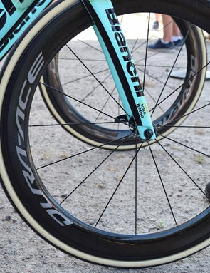 Tan wall Vittoria Corsa tyres make a statement against the carbon rims on the Shimano wheels