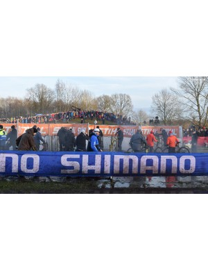 Queues for the pit wash during the Men's Elite race