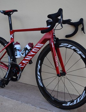 The aero frame is equipped with SRAM and Zipp components