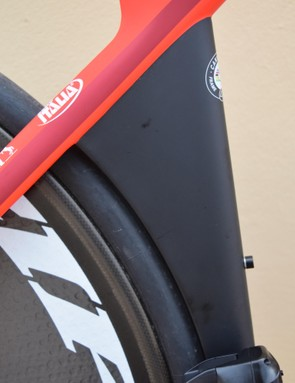 The frame keeps hugs the rear wheel and tyre to improve air flow