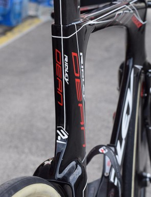 The Dean Fast features a long, bladed seat tube