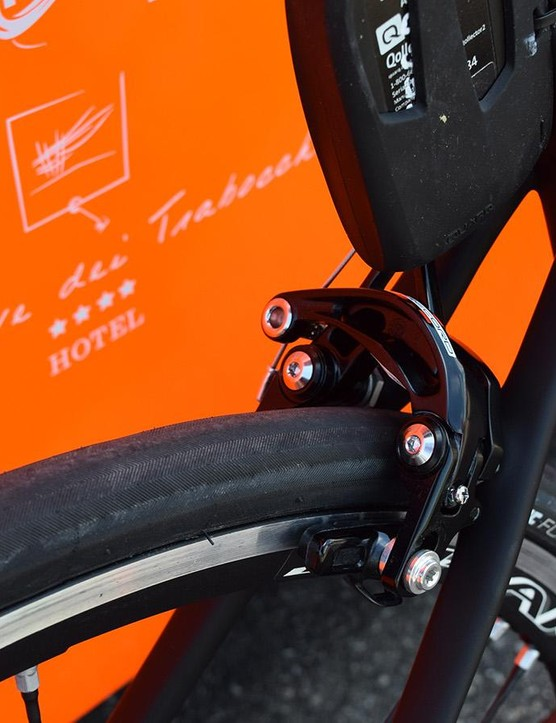 Direct-mount Campagnolo Super Record brakes provided the stopping power for Cunego's bike