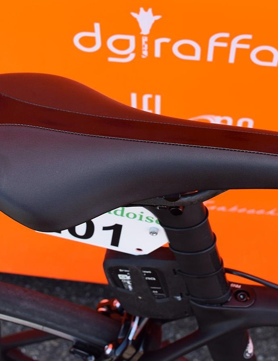Cunego runs an unbranded saddle that resembles a Fizik Arione