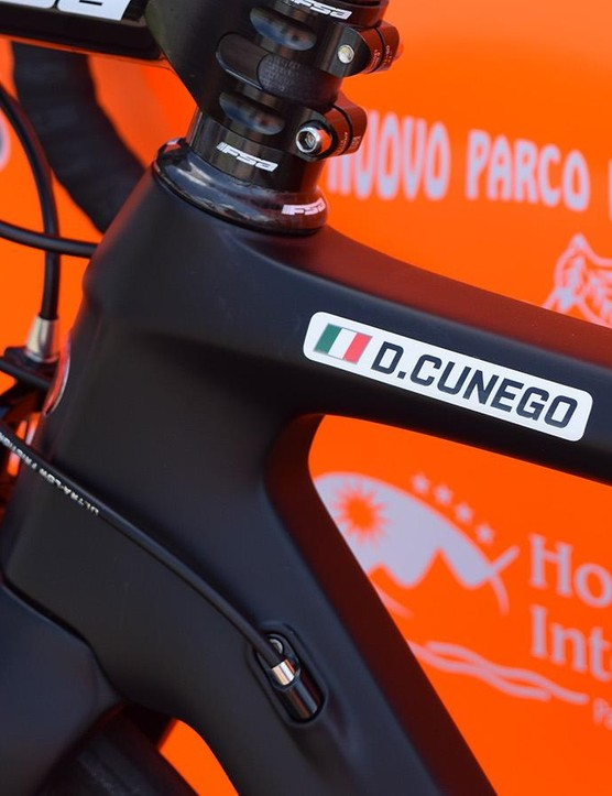 A simple decal on the top tube denotes Cunego's bike