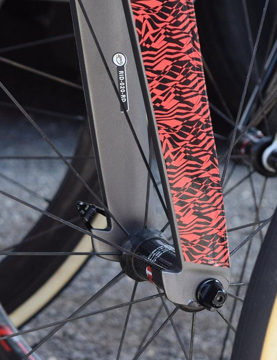 Tabs to rear of the fork are similar to the design of Pinarello Dogma F10 framesets