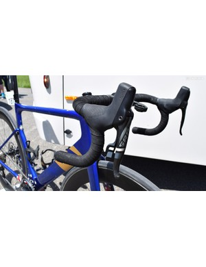 The team pairs its bikes with SRAM Force HRD shift/brake levers