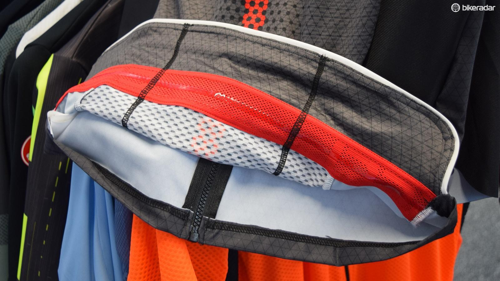 Added material on the Castelli Aero Race 6.0 jersey allow cargo to come away from the body
