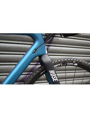 Cables are routed internally at the head of the down tube