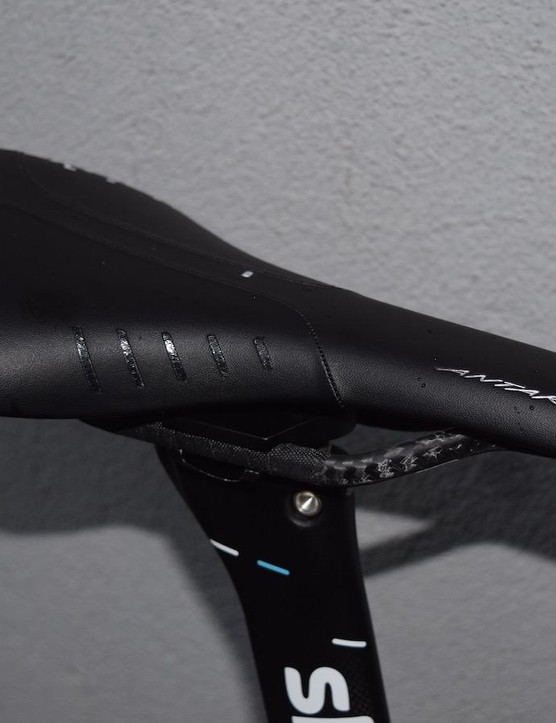 Continuing the all black theme, Froome opts for a blacked out Fizik Antares