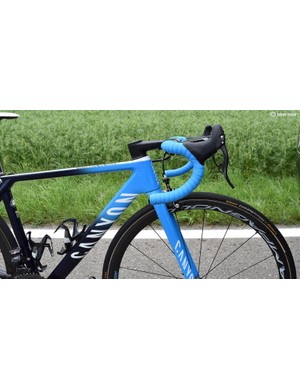 Colour-coordinated handlebar tape from Lizard Skins matches the Movistar team colours on the front of the frame