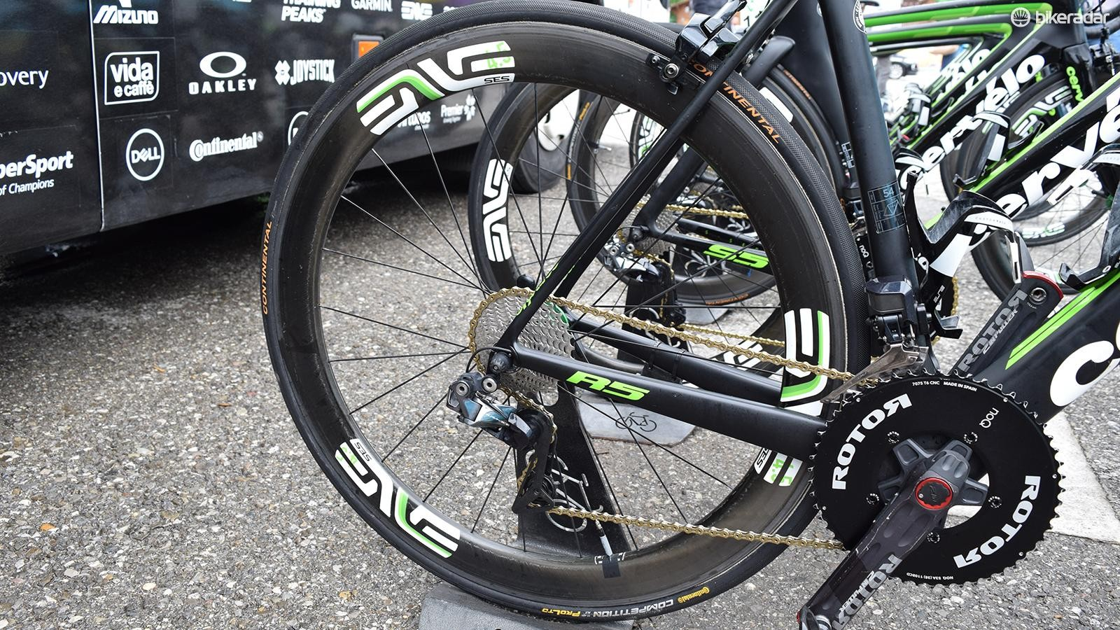 The team's ENVE 4.5 SES wheels have flashes of green on the decals in line with Dimension Data's team colours